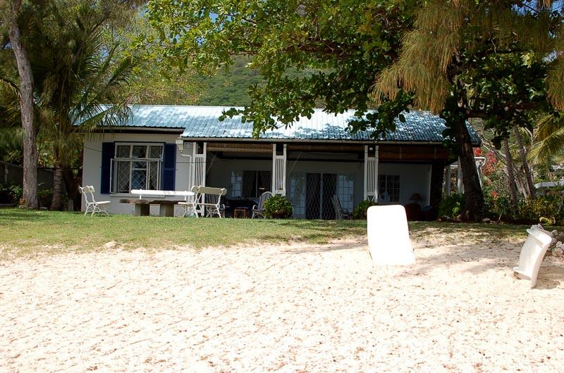 Les Lataniers Bleus Beach House in Black River